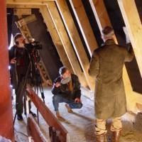 Mittlerweile hat das ENERGETIKhaus100® den kompletten Dachstuhl erhalten. Die Sendung des ZDF vom 9.April 2006 finden Sie unter: https://aktivsonnenhaus.de/informationen/medienbeitrage/