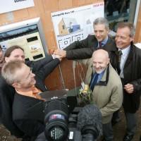27. April 2006: Das erste ENERGETIKhaus100 wird offiziell in Betrieb genommen. Alle Projektpartner sowie der Sächsische Umweltminister, Stanislaw Tillich, starteten die Solaranlage mit einem symbolischen Knopfdruck.