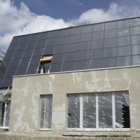 6. Mai 2006: Schluss mit Rohbau, das Haus erhält seinen speziellen Wärmedämmputz und wartet auf den Anstrich.