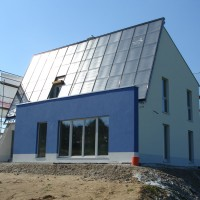 14.+15. Juni 2006: Das ENERGETIKhaus100® strahlt himmelblau der Sonne entgegen.