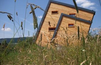 Variante ENERGETIKhaus100® cube - Sonnenhaus in Oberwiesenthal - Ostansicht mit Holzverschalung