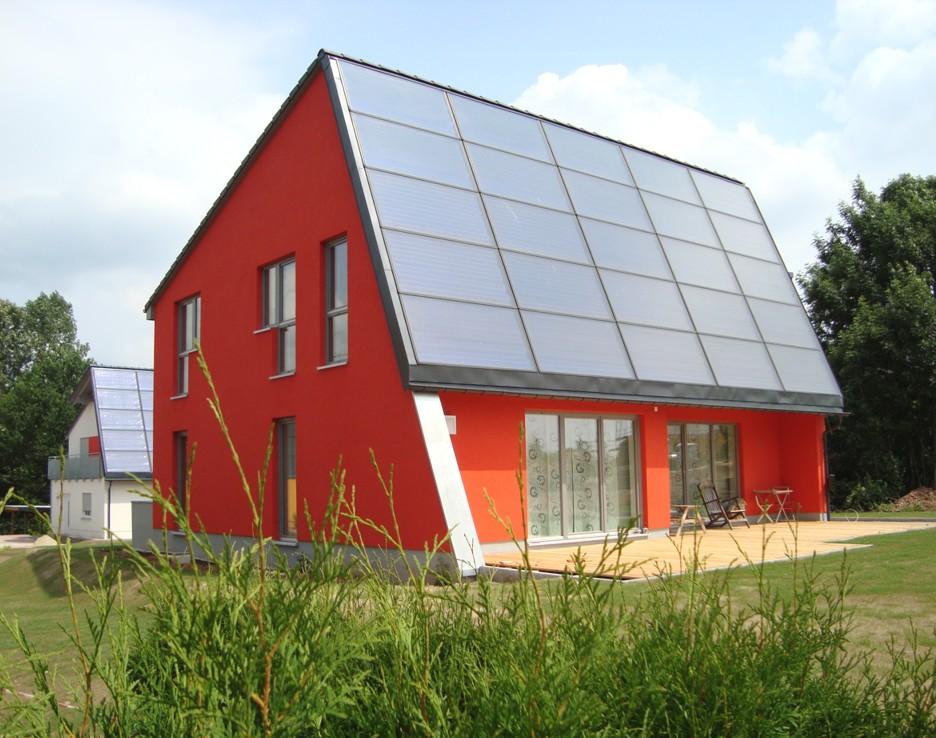 ENERGETIKhaus100® country - Chemnitz - Südwestansicht mit Blick auf die Kollektorfläche und die Terrasse