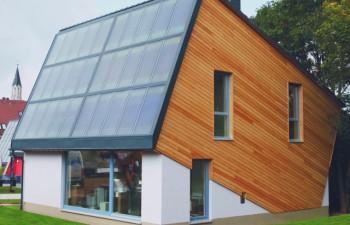 ENERGETIKhaus100® autark - Ost-Ansicht mit Holzverschalung