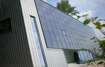 ENERGETIKhaus100® office - Gewerbebau in Chemnitz - Südwestansicht mit Blick auf die Kollektorfläche und den Eingangsbereich