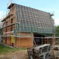 12.05.2013: Das Einfamilienhaus macht Fortschritte: der Dachstuhl wurde nach der Speichersetzung geschlossen. Die Unterspannbahn wurde verlegt und die Konterlattung montiert. Der Rohbau ist vor den Unbilden des Wetters weitgehend geschützt.