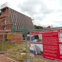 04.07.2013: Ein weiterer wichtiger Schritt für das innovative Solaraktivhaus: Der Rohbau wurde geschlossen. Fenster und Türen sind gesetzt.
