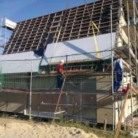 13.08.2013: Ein weiteres Kernstück der Solarthermieanlage wird montiert: Die Solarkollektoren werden als Indach-Konstruktion montiert. Ihre Fläche beträgt rund 60 m², genug um den großen Solarspeicher zuverlässig mit Sonnenwärme zu beladen.
