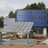 05.09.2013: Der Doppel-Carport wird montiert. Auf rund 35 m² wird eine Photovoltaikanlage (Glas/Glas-Module) montiert. Sie erlaubt E-Mobilität und bringt den Bewohnern des Hauses die Stromautarkie.