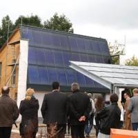 """20.09.2013: """"Die Hüllen fallen!"""" Unter diesem Motto wird das ENERGETIKhaus100® enthüllt und eingeweiht. Das Gebäude ist praktisch fertig und hatte an diesem Wochenende rund 300 Besucher"""