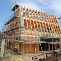 25.04.2013: Der Massivbau ist vollendet. Der Dachstuhl wurde errichtet. Die Neigung des Daches zeigt: Hier werden die Sonnenkollektoren montiert. Die Kollektorfläche wird als Indach-System ausgeführt.
