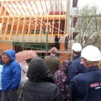 27.04.2013: Richtfest: Zimmermann und Bauleitung steigen gemeinsam auf das Gerüst. Der Zimmermann hält den Richtspruch. Und nachdem der letzte Nagel eingeschlagen ist, gibt es einen kleinen Umtrunk.