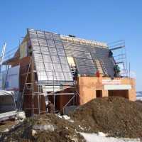 23. März 2006: Gerade die ersten Flachkollektoren verlegt, war die immerhin 69m²-Solardachfläche in Windeseile gedeckt.