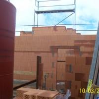 10. März 2006: Auch wenn es nicht sonderlich wärmer ist, weiter geht's - dieses mal ohne Schutzplanen im Obergeschoss! Auch das Holz für den Dachstuhl wird bereits verarbeitet.