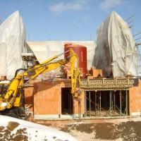 """08. März 2006: Das ENERGETIKhaus100® wächst weiter. Planen schützen den noch so """"jungen"""" Rohbau vor der eisigen Kälte."""