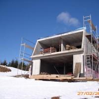 27. Februar 2010: Es bleibt kalt – aber nicht zu kalt, um weiter am ENERGETIK-Cube zu arbeiten. Der Platz für die attraktive, fast 15m² große Glasfassade nach Süden ist schon gut zu erkennen.