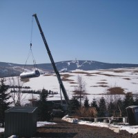 22. März 2010: Heute geht es einen wichtigen Schritt voran: der Langzeitsolarspeicher wird nach Oberwiesenthal geliefert. In ihm wird später die Sonnenwärme gespeichert.