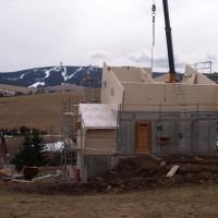 01. April 2010: Der Winter ist im Rückzug, sodass der Bau des ENERGETIK-Cube weiter voran geht und mittlerweile der Baukörper fast fertig gestellt ist. Erstmals wird eine Kombination aus Sichtbeton und massiver Holzbauweise realisiert.