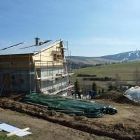 23. April 2010: Der Rohbau zum ersten Ganzjahressolarhaus in luftiger Höhe ist weitgehend fertig gestellt. Petrus meint es gut, sodass es zum Richtfest strahlenden Sonnenschein in Oberwiesenthal gibt.