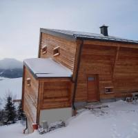 26. November 2010: Der Winter hat wieder mit Schnee und Eis am Fichtelberg Einzug gehalten. Die Aussichten auf sinkende Temperaturen und weitere Schneefälle lassen vorweihnachtliche Stimmung aufkommen. Der Speicher ist voller Sonnenwärme. Sobald sich die Sonne wieder zeigt, wird wieder kräftig nachgeladen, trotz -10° Außentemperatur. Am Haus führt eine Loipe vorbei und die Abfahrtslifte beginnen in den nächsten Tagen Ihren Dienst. Ski und Rodel gut!