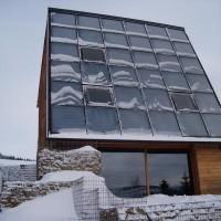 ENERGETIKhaus100® cube ist mit Schnee bedeckt.