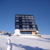 """03. Dezember 2010: Der reichliche Schnee macht den Bewohnern des ENERGETIK-Cube nur außen zu schaffen. Im Inneren liefert der Speicher zuverlässig Wärme. Wenn die """"Benutzer"""" es mögen, kann der Kaminofen zusätzlich angezündet werden. Das hat dann einen doppelten Effekt - Kaminfeuer und zusätzliche Speicherbeladung."""
