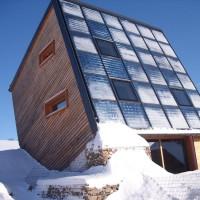27. Dezember 2010: Der ENERGETIK-Cube bewährt sich mit seiner Solararchitektur und dem Solarkonzept auch unter diesjährigen extremen Winterverhältnissen. So sorgt das Haus für mehr Leistung als die Ingenieure und Planer vorausberechnet haben. Dies liegt zum einen an der seriösen Herangehensweise bei der Planung und Dimensionierung, als auch bei den Reserven der neu eingesetzten Baukomponenten. So konnten Temperaturen von mehr als -20 °C und Schneehöhen von derzeit bis zu 1,50 m ohne Probleme gemeistert werden.