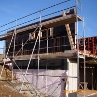 29. November 2009: Die Hanglage erfordert ingenieurtechnisches Geschick. Die Außenwände, die in Sichtbeton entstehen, werden zunächst verschalt.