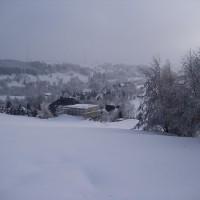 07. Februar 2010: Der Winter hat Oberwiesenthal mittlerweile fest im Griff. Planen schützen den Rohbau vor den extremen Minusgraden. Der Bau liegt wortwörtlich erst einmal auf Eis.