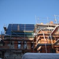 29. Januar 2011: Die Solaranlage ist fast vollständig montiert und der Innenausbau geht planmäßig voran.