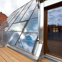 31. März 2011: Die Mieter sind in ihre solar beheizten Wohnungen eingezogen. Die Dachterrasse sorgt z.B. in der Maisonette-Wohnung für heimelige Atmosphäre.
