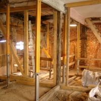 09. Februar 2010: Neben den historischen Sandsteingewänden werden auch Kassettendecken und der Dachstuhl wieder rekonstruiert. Noch sind Stützen notwendig.