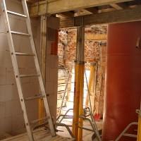 12. Mai 2010: Im Treppenhaus des ersten Obergeschosses sieht man eindrucksvoll die Integration des Langzeitsolarspeichers.