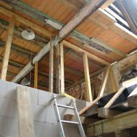 Ein Blick ins zweite Obergeschoss zeigt die neue Treppenhauswand hin zum Wohnbereich und die neue Holzdecke.