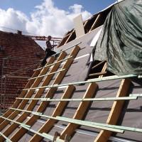 18. August: Die Dachfläche des ENERGETIKhaus100® historio wird für die Solarthermieanlage vorbereitet.