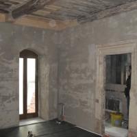 05. Januar 2011: Der Innenausbau geht in vollen Zügen voran, der Innenputz und der Fenstereinbau sind vor Kurzem erfolgt. Im Moment wird die Fußbodenheizung eingebracht. Die Solarthermieanlage soll in Kürze eingebaut werden.