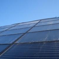 """18.06.2014: Ein wichtiger Schritt zur Wärmeautarkie: Die Sonnenkollektoren werden montiert und es entsteht eine sehr große Solarfläche (100 m²) um die Energie der Sonne zu """"ernten""""."""