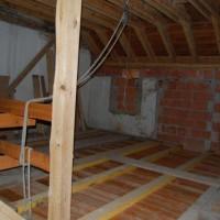 14.02.2014: Im Dachgeschoß ist noch viel zu tun! Immerhin wurde der Dachstuhl, im Einklang mit dem Denkmalschutz, bereits neu gesetzt.