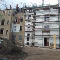 27.04.2014: Man erkennt die Rückseite des Hauses kaum wieder. Groß ist der Kontrast zum Nebengebäude (Kanalstraße 17).