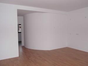 ENERGETIKhaus100® historio II - Innenansicht. Wohnzimmer mit umbauten Solarspeicher
