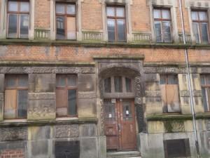 ENERGETIKhaus100® historio II - Denkmalgeschütztes Gründerzeithaus um 1900. Vorderansicht vor der energetischen Sanierung