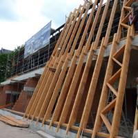 Und an der Südfassade wird auch schon damit begonnen, die Fläche für die Solarthermieanlage vorzubereiten. Dazu werden Holzsparren angebracht, die vom Boden bis zur Oberkante des Daches reichen.
