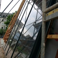 01. Juli 2010: Die ersten Elemente der Solarthermieanlage wurden montiert. In den nächsten Wochen wird dann die gesamte Südseite des ENERGETIKhaus100® office mit der Kollektorfläche versehen.