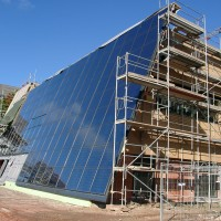 6. September 2010: Einmal angefangen, geht es schnell: die ca.250m² große Kollektorfläche auf der Südseite des ENERGETIKhaus100® office ist fast komplett fertig gestellt.