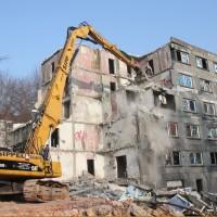26. Januar 2010: Die benachbarten Blöcke in DDR-Charme werden abgerissen. So wird auf dem Areal Platz geschaffen, z.B. für Pkw-Stellflächen.
