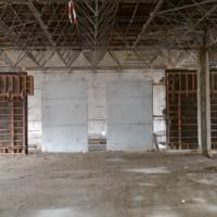 """03. März 2010: Das Rechenzentrum ist """"aufgeräumt"""". Nun können die ersten Elemente in Sichtbeton für den Innenbereich eingebracht werden. Beeindruckend ist die Tragkonstruktion, die erhalten wird."""
