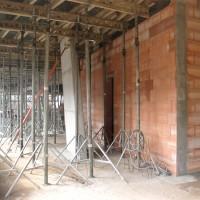 23. März 2010: Im Erdgeschoss bekommt man bereits einen Eindruck vom späteren Eingangsbereich des Bürogebäudes. Der Platz für den Solarspeicher ist auch schon geschaffen, wie die linke Bildseite zeigt.