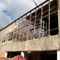7. April 2010: Das ehemalige Rechenzentrum wird zu einem Skelett! Die alte Fassade und das Dach werden abgetragen.
