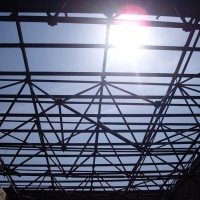 Durch einen Blick nach oben zeigt sich die statisch interessante Tragwerkskonstruktion des Gebäudes. Wohin es mit dem ENERGETIKhaus100® office geht, zeigt eindrucksvoll die Sonne.