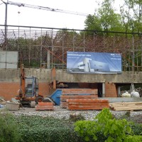07. Mai 2010: Lediglich die Stahlkonstruktion erinnert noch an das alte Rechenzentrum. Wie das ENERGETIKhaus100® office einmal ausehen wird, zeigt unterdessen die Werbeplane.