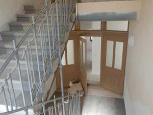 Blick auf sanierte Treppen, Treppengeländer und Wohnungstür